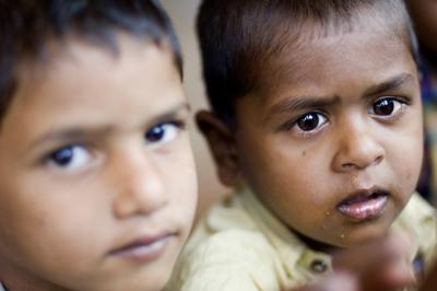 Investigan la muerte de 49 bebés en ensayos para probar medicamentos en la India